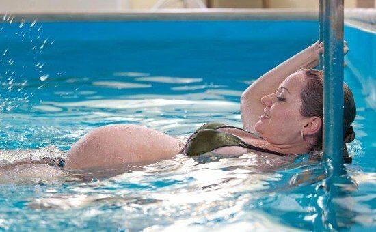 Можно ли плавать при беременности
