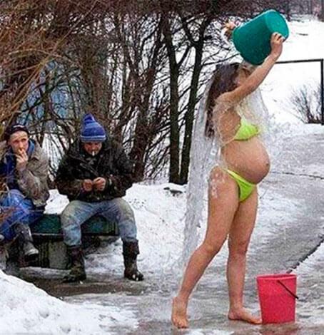 Беременная обливается холодной водой