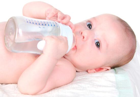 Грудничок пьет обычную воду