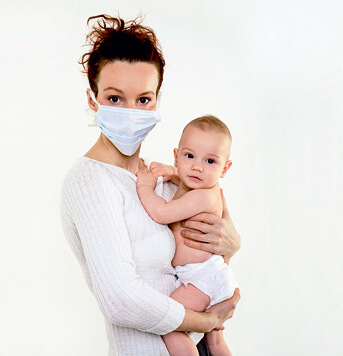 Мать в марлевой повязке - защита младенца от ОРВИ.