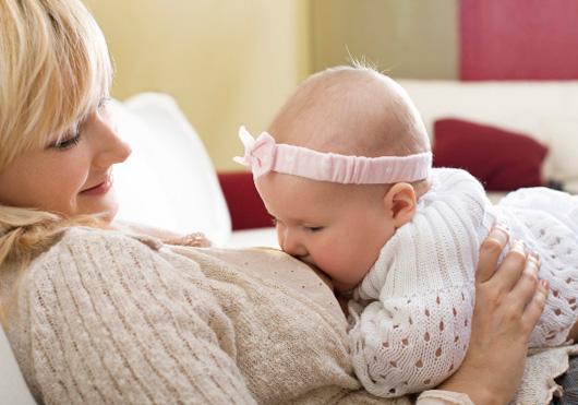Кормление ребенка при насморке является допустимым при соблюдении ряда мер.