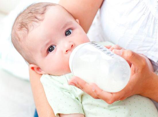 Кормление ребенка молочной смесью является альтернативой грудному вскармливанию.