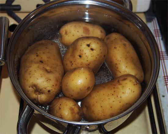 Горячая вареная картошка