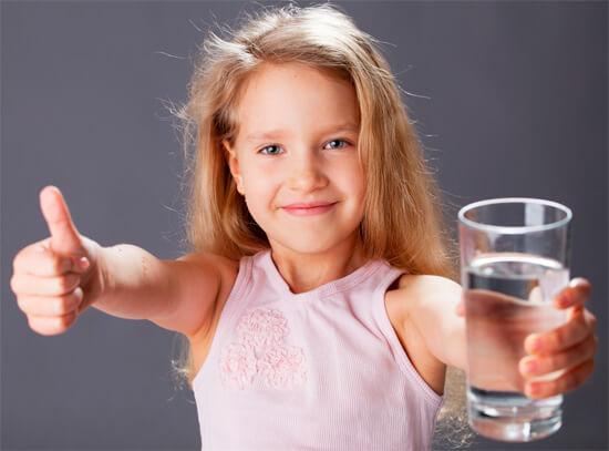 Девочка пьет обычную воду