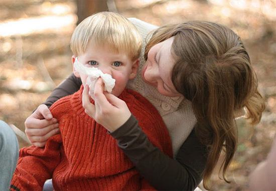 Мама вытирает сопли ребенку