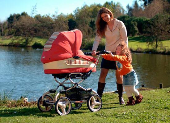 Девушка прогуливается с коляской