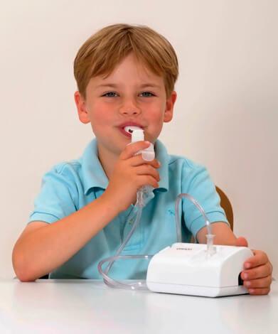 Мальчик делает ингаляцию с помощью небулайзера