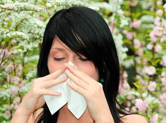 Девушка с аллергическим насморком
