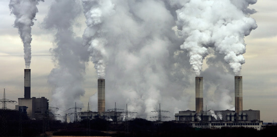 Дым из труб завода