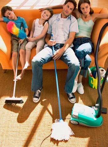 Семья отдыхает после уборки