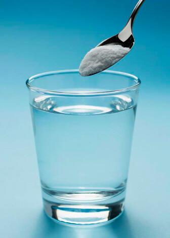 Соль насыпают в воду