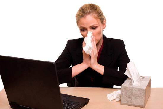 Женщина с аллергическим насморком на работе