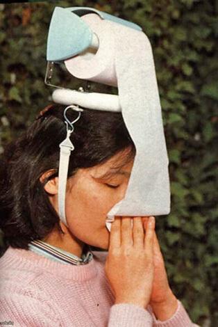 Женщина с рулоном туалетной бумаги на голове