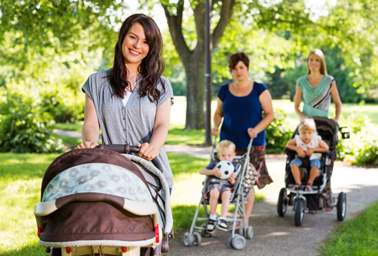 Женщины гуляют с колясками