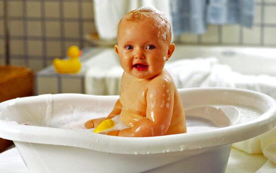 Поговорим о том, стоит ли купать ребенка при наличии насморка...
