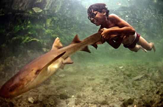 Подводное плавание в море или океане без маски обеспечивает хорошее промывание носа соленой водой.