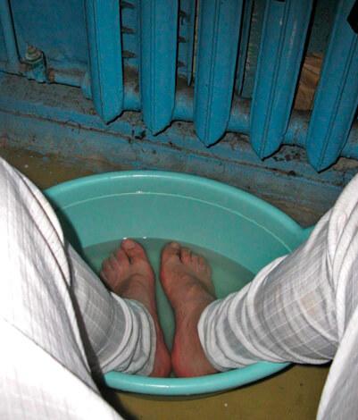 Мужчина парит ноги