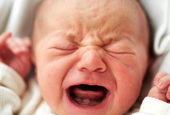 Ознакомимся с причинами насморка у грудничка при прорезывании зубов и какая тактика необходима в таких случаях...