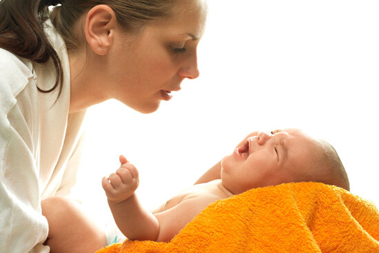 Мама с плачущим младенцем на руках