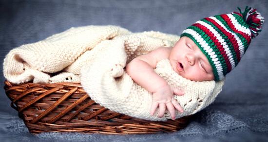 Спящий в корзинке младенец