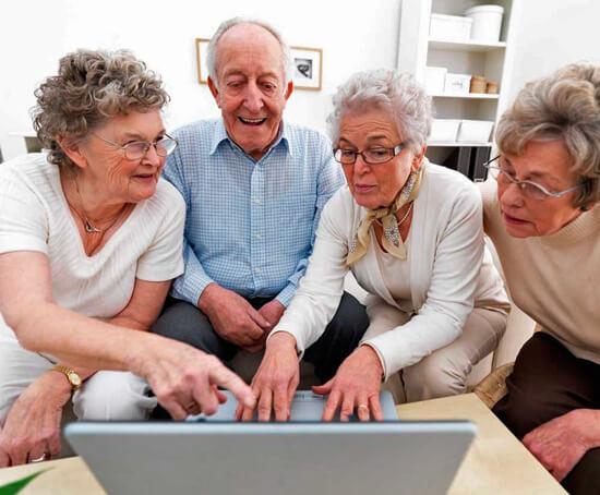 Пенсионеры набирают текст на ноутбуке