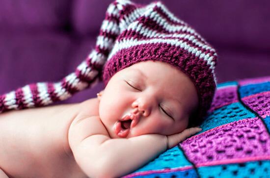 Сон с открытым ртом - абсолютно нормальная для грудного ребенка картина.