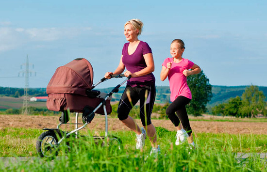 Прогулки на свежем воздухе хорошо сказываются на здоровье ребенка.