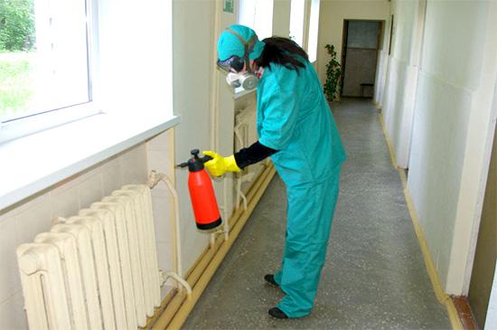 Работа с химикатами в респираторе