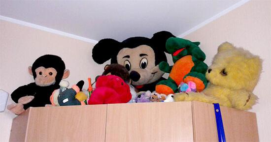 Старые мягкие игрушки на шкафу