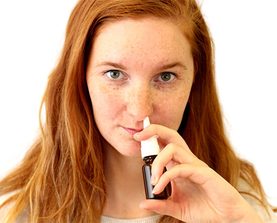 Впрыскивание спрея в нос