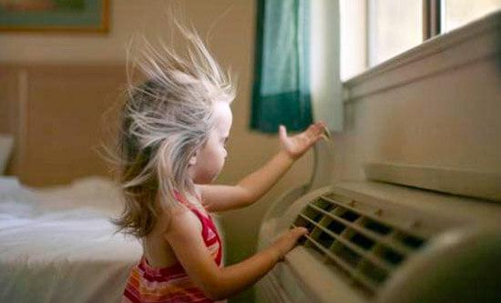 Следите, чтобы поток воздуха из кондиционера не попадал непосредственно на ребенка.