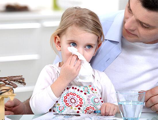 Поговорим о том, что попытки быстро вылечить насморк у ребенка продиктованы чаще всего тревожностью родителей, но не реальной опасностью для малыша...