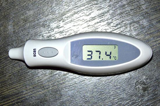 Субфебрильная температура при лакунарной ангине наблюдается у взрослых редко, но чаще, чем у детей