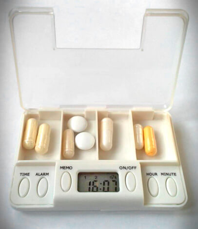 Для самых забывчивых существуют специальные контейнеры для лекарств, на которых установлены несколько будильников для каждого средства.
