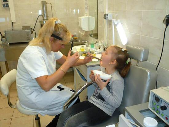 При лечении хронического тонзиллита требуется как прием антибиотиков, так и местная терапия.