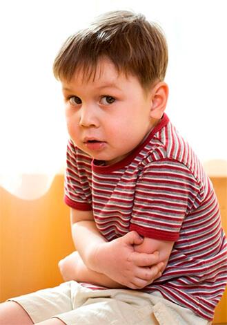 При ангине у ребенка врач с большей вероятностью выберет из антибиотиков-макролидов азитромицин, а не эритромицин.