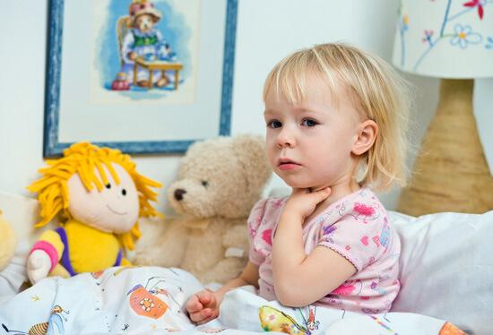 При вирусной ангине у детей боли в горле появляются всегда.