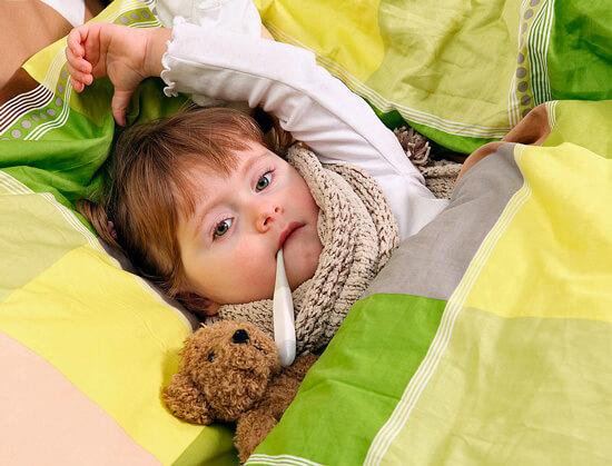 При вирусной ангине следует придерживаться того режима, который удобен для ребенка. Если малыш хочет двигаться, не стоит запрещать ему делать это.