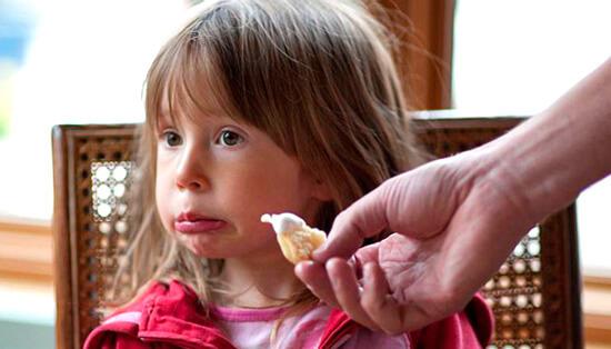 Больной ребенок должен есть столько, сколько он хочет. Не больше и не меньше.