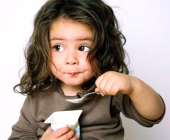 При вирусной ангине ребенку следует давать каши, пюре, супы и молочные йогурты. Последних желательно побольше.
