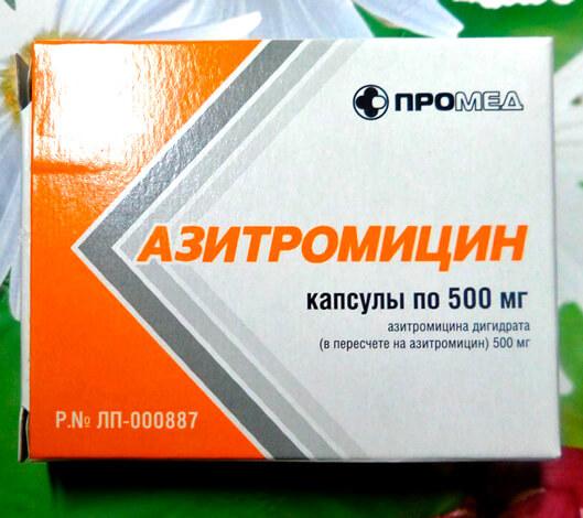 Азитромицин несколько уступает по своим качествам ингибиторозащищенным пенициллинам, но благодаря доступности применяется при ангине очень часто.