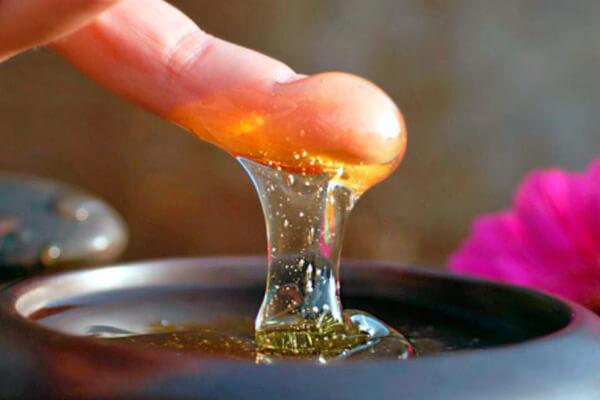 Нет никаких свидетельств того, что мед при ангине может оказывать хоть какое-то терапевтическое действие.