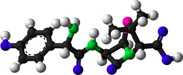 Свойства амоксициллина во многом определяются лактамным кольцом, расположенным немного правее центра молекулы.