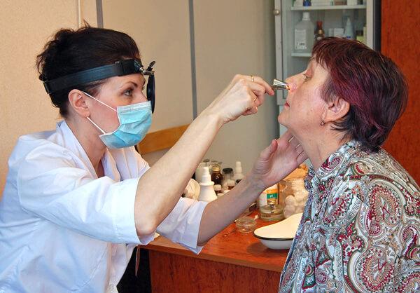 Первое, что нужно делать при частых и регулярных болях в горле - обращаться к врачу.