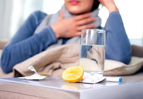 При полосканиях горла при ангине действует правило: чем проще раствор для полоскания, тем лучше.
