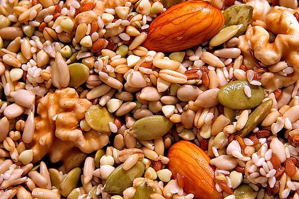 При гнойной ангине с орехами и семечками лучше повременить.