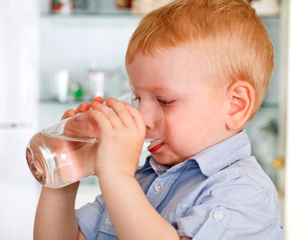 Ребенок, который по указания родителей или врача пьет, даже если не хочет, обычно более здоров, чем более самостоятельные и от всего отказывающиеся дети.