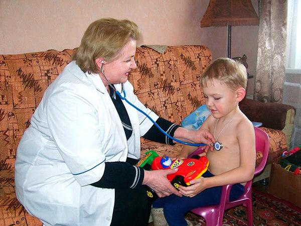 Поскольку ангина лечится дома, есть смысл для диагностики вызвать врача сюда же.