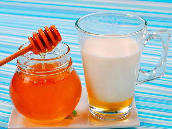 В меде и в молоке содержится большое количество сахаров, которые могут способствовать развитию бактериальной инфекции.