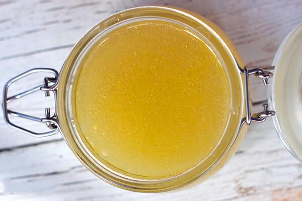 Диета при ангине должна быть щадящей и с минимальным количеством острых, кислых и жареных продуктов.